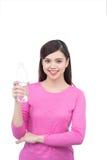 Framsidastående av asiatiskt kvinnadricksvatten le för flicka isola royaltyfria foton