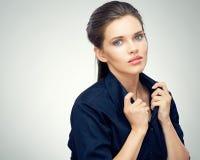 Framsidastående av den iklädda svarta klänningen för ung sinnlig kvinna Royaltyfri Fotografi