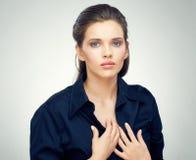 Framsidastående av den iklädda svarta klänningen för ung sinnlig kvinna Royaltyfri Bild