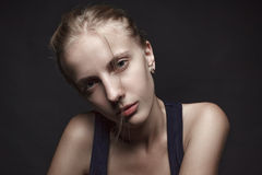 Framsidastående av den osminkade unga blonda kvinnan Svart backgro royaltyfri fotografi