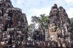 Framsidor av det forntida Bayon tempelet på Angkor Wat Arkivbilder
