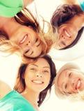 Framsidor av flickor som ner ser och ler Fotografering för Bildbyråer