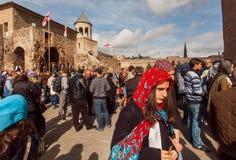 Framsidor av folk som kommer till den historiska kristenSvetitskhoveli domkyrkan Lokal för Unesco-världsarv Royaltyfri Bild