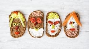 Framsidor som göras av bröd, smör, tonfisk, korv, morot, paprika, bla Royaltyfri Foto