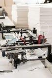 Framställning av askar på transportör Royaltyfria Bilder