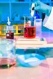Framställning av bufferten i vetenskapligt laboratorium Royaltyfria Bilder