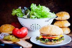 Framställning av den hemlagade hamburgaren Royaltyfri Foto