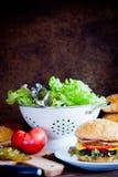 Framställning av den hemlagade hamburgaren Royaltyfri Bild