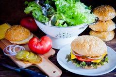 Framställning av den hemlagade hamburgaren Royaltyfria Bilder