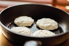 Framställning av dina favorit- pannkakor royaltyfria foton