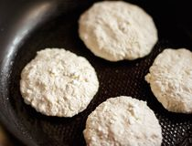 Framställning av dina favorit- pannkakor arkivbilder