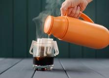 Framställning av droppandekaffe med varmvatten från termoset Royaltyfri Foto