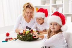 Framställning av en adventkran med ungarna Royaltyfria Bilder