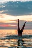 Framställning av en dyk in i vattnet på stranden royaltyfri fotografi