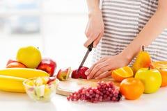 Framställning av en fruktsallad. Royaltyfri Fotografi