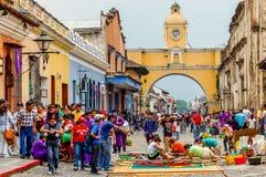 Framställning av en matta för helig vecka, Antigua, Guatemala Arkivfoton