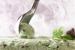 Framställning av en mintkaramellchocoglass med främre sikt för skopa royaltyfri foto