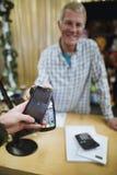 Framställning av en smart telefonbetalning Arkivfoton