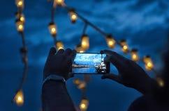 Framställning av en video med smarphonen Arkivbild