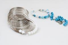 Framställning av ett armband av turkos pärlor trådhjälpmedel Arkivfoton