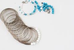 Framställning av ett armband av turkos pärlor trådhjälpmedel Arkivfoto