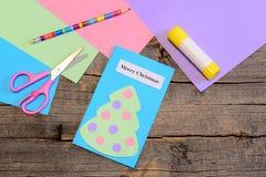 Framställning av ett julhälsningkort moment Pappers- julhälsningkort, blyertspenna, limpinne, färgade pappers- ark, sax Royaltyfri Fotografi
