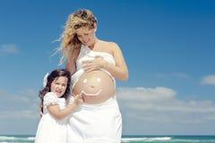 Framställning av ett leende på mammas buk fotografering för bildbyråer