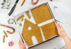 Framställning av ett pepparkakajulhus fotografering för bildbyråer