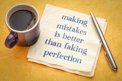 Framställning av fel är bättre än fejka perfektion fotografering för bildbyråer