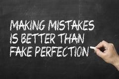 Framställning av fel är bättre än fejkar perfektion på svart tavla fotografering för bildbyråer