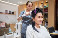 Framställning av frisyren i skönhetsalong royaltyfria foton