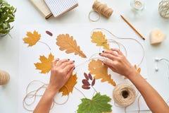Framställning av handgjorda Autumn Composition Royaltyfria Bilder
