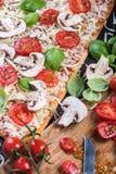 Framställning av hemlagad klassisk margheritapizza Royaltyfri Fotografi