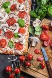 Framställning av hemlagad klassisk margheritapizza Royaltyfri Bild