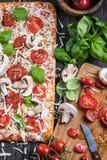 Framställning av hemlagad klassisk margheritapizza Arkivbild