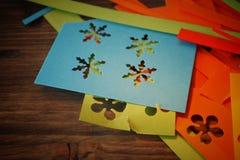 Framställning av hemlagade färgrika pappers- garneringar royaltyfri foto