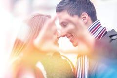 Framställning av hjorten med fingrar Lyckliga unga par som firar Valenti royaltyfri bild