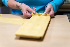 Framställning av italiensk pasta för jul arkivbild