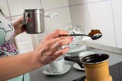 Framställning av kaffe Fotografering för Bildbyråer