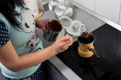 Framställning av kaffe Royaltyfria Bilder