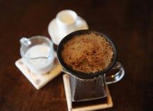 Framställning av kaffe i svart paperless poröst keramiskt porslinfilter på exponeringsglasportiontillbringaren Vit kopp och att m arkivfoton