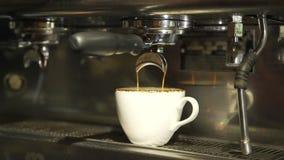 Framställning av kaffe med kaffemaskinen i coffee shop stock video