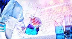 Framställning av kemiska vetenskaper som undervisar begrepp med ljus royaltyfri bild