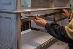 Framställning av möblemang från trä Arbetssnickare Snickerihjälpmedel arkivfoto