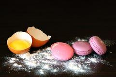 Framställning av macarons Hemlagade söta Frankrike macarons Arkivfoto