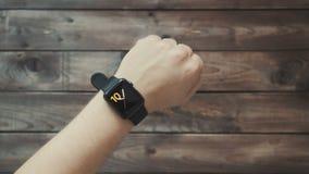Framställning av olika gester med ett finger på en pekskärm av en wearable apparat för smart klocka stock video