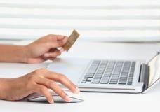 Framställning av online-köpet genom att använda en kreditkort royaltyfri fotografi