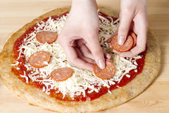 framställning av pizza Fotografering för Bildbyråer