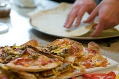 framställning av pizza Arkivbild