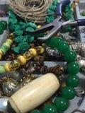 Framställning av prydde med pärlor smycken Royaltyfria Bilder